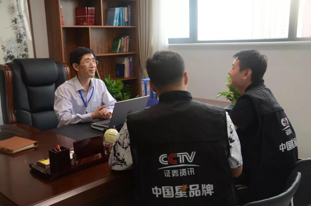 孙京安先生和栏目组人员谈及公司发展历程