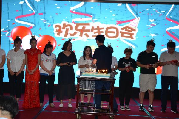 为7月8月过生日的18位员工庆祝生日。