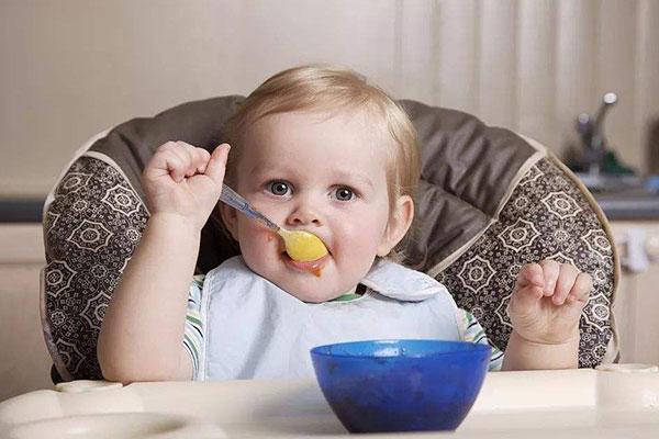 孩子在吃饭