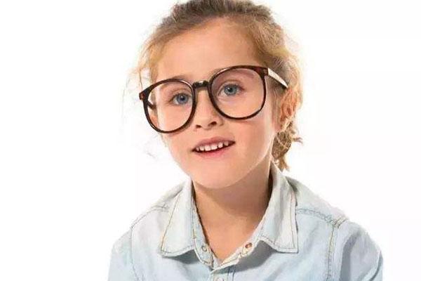 戴眼镜的小孩