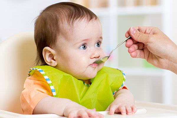 孩子在吃饭.jpg